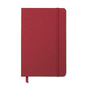 Dvoubarevný zápisník s látkovou obálkou. 96 linkovaných stránek, kapsa na zadní straně, červená