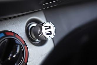 ISADORE Adaptér do auta se 2 USB porty, stříbrný