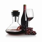 Skleněná karafa na červené víno