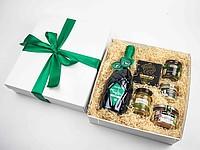 ZELKA Dárková krabice se zelenou stuhou, vínem a pochoutkami