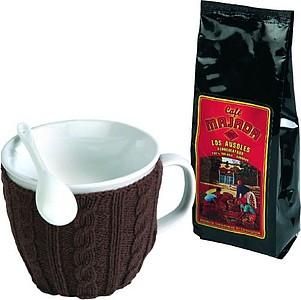 VS MAHAL kávová sada, obsahuje hrnek v hnědém světru, lžičku a kávu