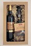 Sada červeného vína, krekrů a oliv v dárkové krabici