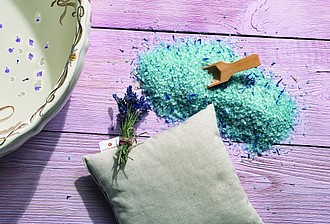 VS KOHALA levandulová sada vonného polštářku a soli do koupele ručníky s potiskem