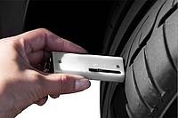 Přívěsek na klíče s měřičem dezénu pneumatiky, bílá
